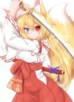 1girl animal_ear_fluff animal_ears arms_up bangs blonde_hair blue_eyes blush breasts closed_mouth commentary_request eyebrows_visible_through_hair fang fang_out fox_ears fox_girl fox_tail hair_between_eyes hakama heterochromia highres holding holding_sword holding_weapon horokusa_(korai) japanese_clothes katana kimono long_hair long_sleeves looking_at_viewer medium_breasts original red_eyes red_hakama simple_background smile solo sword tail tail_raised two-handed unsheathed very_long_hair weapon white_background white_kimono wide_sleeves