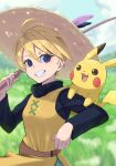1girl absurdres ahoge bangs blonde_hair blue_eyes blurry blurry_background day feather_hair_ornament feathers gen_1_pokemon grin hair_between_eyes hair_ornament hat highres holding_rod huge_filesize looking_at_viewer outdoors pikachu pokemon pokemon_(creature) pokemon_adventures pokemon_on_arm purple_feathers shiny shiny_hair short_hair smile solo straw_hat sun_hat upper_body yanagi_(soke_yanagi) yellow_(pokemon) yellow_headwear