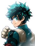 1boy artist_name bangs bodysuit boku_no_hero_academia clenched_hand closed_mouth eyebrows_visible_through_hair freckles from_behind gloves green_bodysuit green_eyes green_hair grey_background hand_up looking_at_viewer looking_back male_focus messy_hair midoriya_izuku pero_(pero56870578) profile short_hair simple_background smile solo upper_body white_background