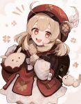 1girl :d ahoge backpack bag bangs brown_gloves brown_scarf cabbie_hat carrying clover_print coat commentary_request dodoco_(genshin_impact) eyebrows_visible_through_hair genshin_impact gloves hair_between_eyes hat hat_feather hat_ornament highres jumpy_dumpty juu_(era-mogu-mogu) klee_(genshin_impact) light_brown_hair long_hair long_sleeves looking_at_viewer low_twintails open_mouth orange_eyes pocket pointy_ears randoseru red_coat red_headwear scarf sidelocks simple_background smile solo twintails white_background