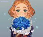 1girl bangs blonde_hair blue_flower bouquet closed_mouth commentary_request english_text flower green_eyes hair_ornament hair_pulled_back hairclip holding holding_bouquet looking_at_viewer pointy_ears princess_zelda short_hair shuri_(84k) smile solo thank_you the_legend_of_zelda the_legend_of_zelda:_breath_of_the_wild twitter_username upper_body