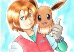 1boy :d bangs blonde_hair blue_background bracelet closed_mouth commentary_request eevee gloves green_eyes green_shirt grey_gloves hair_between_eyes hand_up highres jacket jewelry male_focus oka_mochi on_shoulder open_mouth pokemon pokemon_(anime) pokemon_(creature) pokemon_bw_(anime) pokemon_on_shoulder shirt short_hair short_sleeves smile tongue traditional_media upper_body violet_eyes virgil_(pokemon)