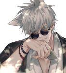 1boy absurdres animal_ears bangs bead_bracelet beads blue_eyes bracelet cat_boy cat_ears closed_mouth gojou_satoru hair_between_eyes hand_up haori highres holding japanese_clothes jewelry jujutsu_kaisen kimono kiyoro2 leaf looking_at_viewer male_focus round_eyewear short_hair simple_background solo sunglasses upper_body white_background white_hair white_kimono