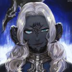 >:) 1girl au_ra blue_background blue_eyes colored_skin commentary dragon_horns final_fantasy final_fantasy_xiv frischenq grey_skin horn_ornament horn_ring horns long_hair looking_at_viewer portrait sadu_dotharl scales signature silver_hair smirk solo staff v-shaped_eyebrows wavy_hair